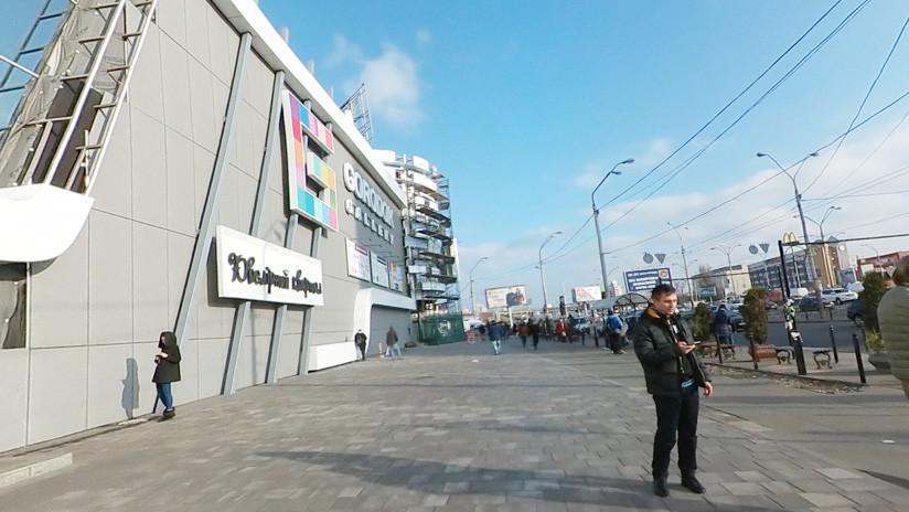 Graban una gran esvástica en la escalera de un centro comercial en Ucrania