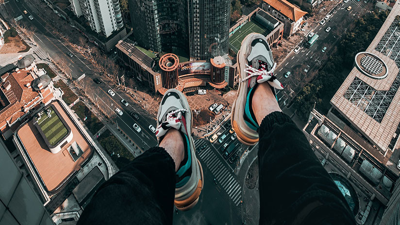 Un adolescente salta desde un edificio de 13 plantas y sobrevive al caer sobre un vehículo