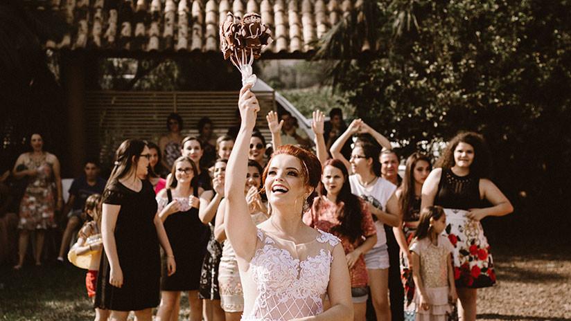 VIDEO: Dos invitadas a una boda se enzarzan en una aparatosa pelea por el ramo de la novia