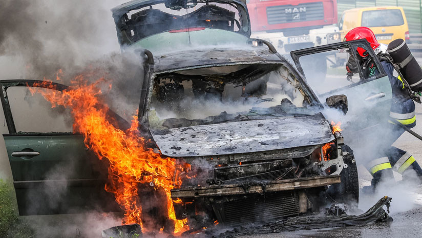 VIDEO: Cuatro peatones arriesgan su vida para salvar a una mujer atrapada en un auto en llamas