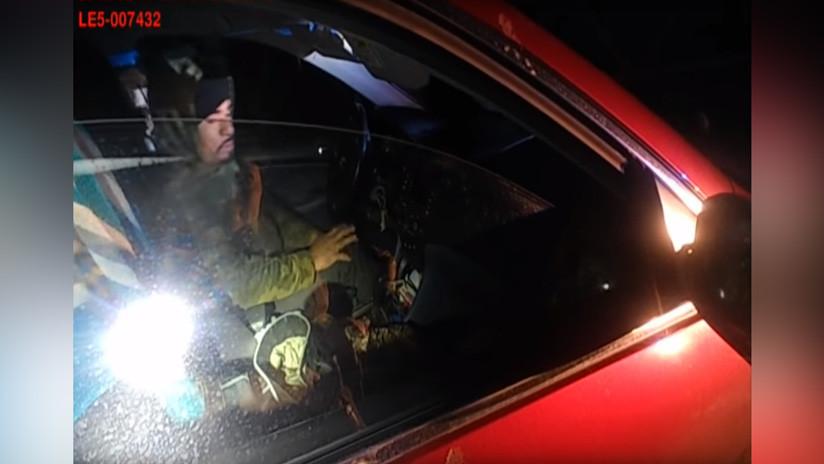 VIDEO: Mujer policía esquiva un disparo y mata a tiros al conductor de un auto que la atacó