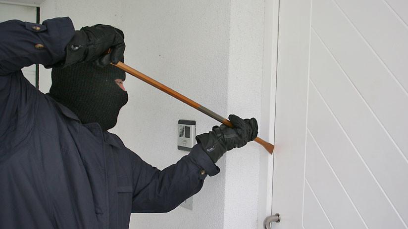 Un infortunado ladrón es capturado después de dejar 'estampada' la matrícula de su auto en la nieve