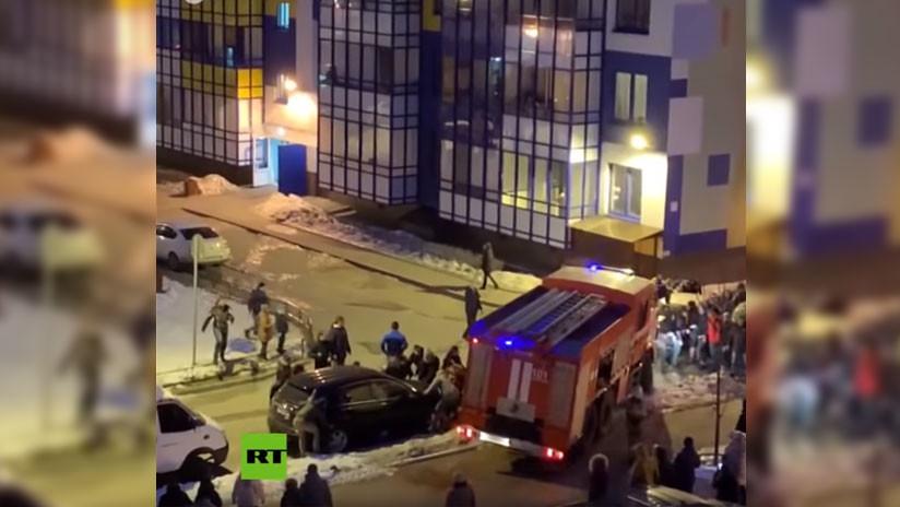 VIDEO: Vecinos levantan autos con sus propias manos para dejar pasar un camión de bomberos en Rusia