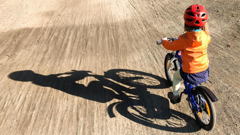 Rápida y furiosa: Una niña en bicicleta gana una 'carrera de velocidad' contra la Policía holandesa