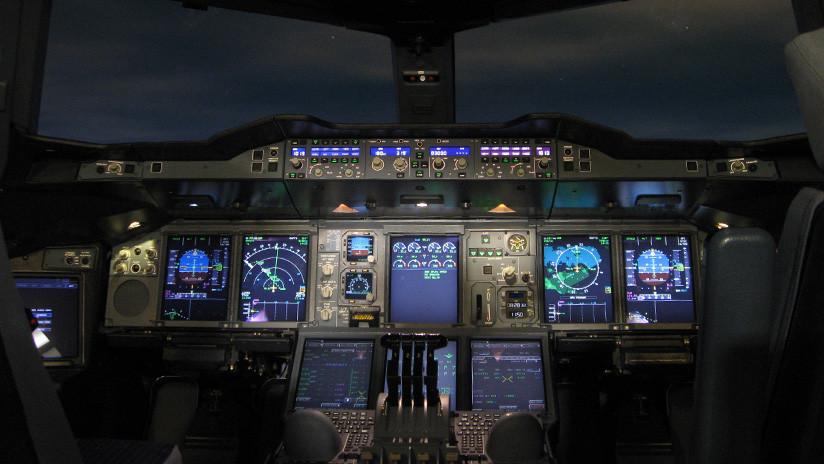 """VIDEO: Graban a un piloto chino """"con 20 años de experiencia"""" dormido en pleno vuelo"""