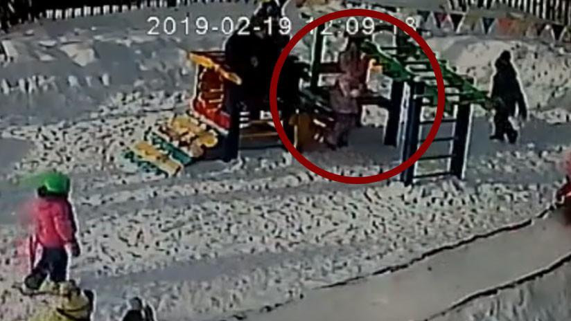 Una niña casi muere tras quedar enganchada su capucha en un juego del jardín de infantes (VIDEO)