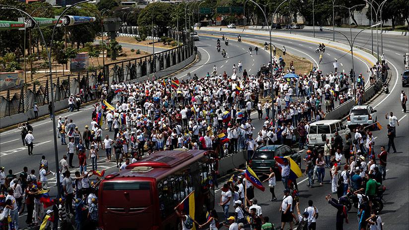 Simpatizantes de Guaidó rodean base militar aérea La Carlota de Caracas