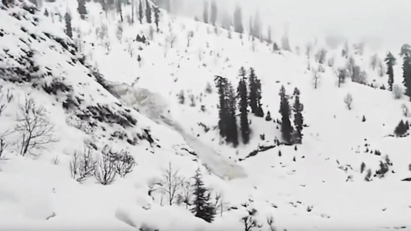 VIDEO: Una avalancha en el Himalaya devora lentamente árboles y destruye un edificio escolar