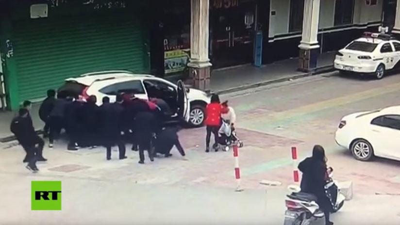 VIDEO: Peatones levantan un auto para salvar a una niña de dos años que fue atropellada