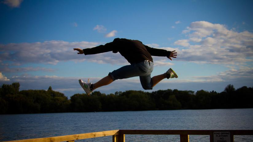 """""""Haré lo que sea"""": Agente inmobiliario salta de acantilado para ganarse la confianza de clientes (VIDEO)"""