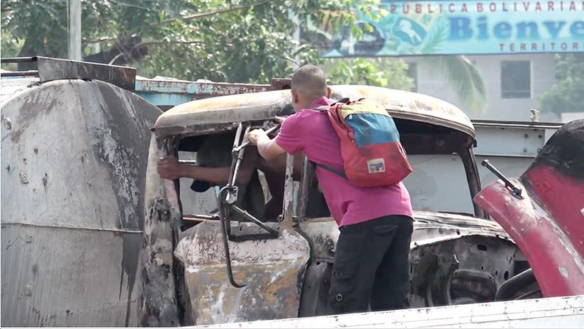 VIDEO: Jóvenes roban partes del camión quemado en la frontera entre Colombia y Venezuela