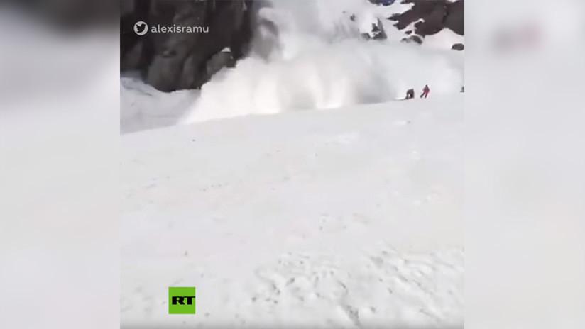 Filman el momento en que una avalancha sepulta a varias personas en los Alpes suizos