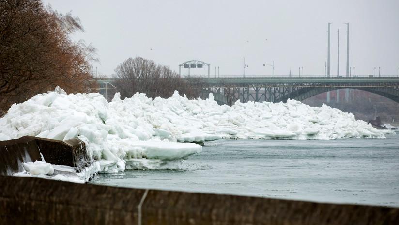 VIDEOS: Un 'tsunami de hielo' arrasa una zona residencial en la frontera de EE.UU. con Canadá