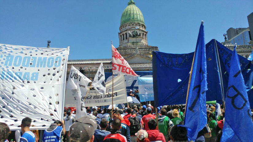 Sindicatos y movimientos sociales marchan contra el aumento de tarifas públicas en Argentina