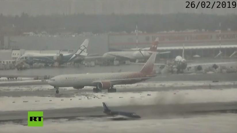 VIDEO: Un avión de negocios se sale de la pista y se desliza por la nieve sin causar heridos en un aeropuerto de Moscú
