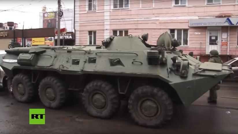 VIDEO: Cuatro coches quedan atrapados entre vehículos blindados en una calle rusa