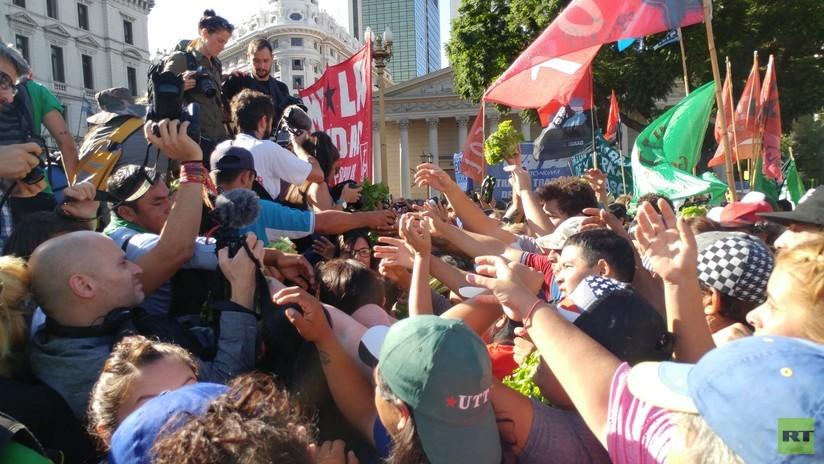 Trabajadores de la tierra en Argentina organizan un 'verdurazo' frente a la Casa de Gobierno