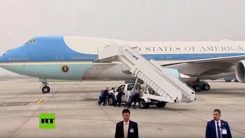 VIDEO: El despegue del avión presidencial de Trump tras su cumbre con Kim se retrasa debido a una avería en la escalerilla