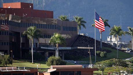 Una bandera de EE.UU. ondea en la embajada de ese país en Caracas, Venezuela, 24 de enero de 2019.