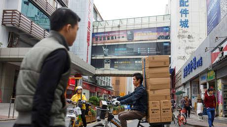 Entrega de productos en la calle Huaqiangbei de Shenzhen (Cantón, China), el 14 de diciembre de 2018.