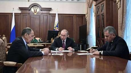 El presidente ruso, Vladímir Putin, en la reunión con los jefes de Defensa y Exteriores, Serguéi Lavrov y Serguéi Shoigú