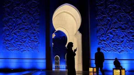 Una mujer mira su teléfono en la mezquita Sheikh Zayed en Abu Dabi, Emiratos Árabes Unidos, el 12 de enero de 2019.