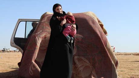 Leonora, una ciudadana alemana de 19 años que huyó de los enfrentamientos entre las Fuerzas Democráticas Sirias y el Estado Islámico, espera ser examinada y registrada en un campo en la aldea fronteriza siria de Baghuz, provincia de Deir ez Zor, 31 de enero de 2019.