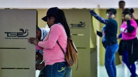 Personal del Tribunal Supremo Electoral de El Salvador instalan las mesas electorales en un centro de votación en San Salvador, 2 de febrero de 2019.