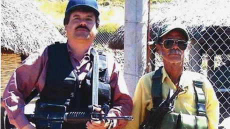 Joaquín 'El Chapo' Guzmán (izquierda) posa con un hombre no identificado. Foto sin fecha