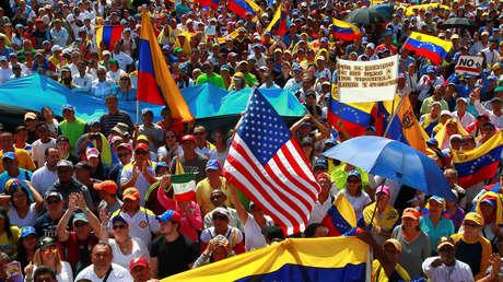 Partidarios de la oposición venezolana participan en una manifestación contra el Gobierno de Nicolás Maduro en Maracaibo, Venezuela, el 2 de febrero de 2019.