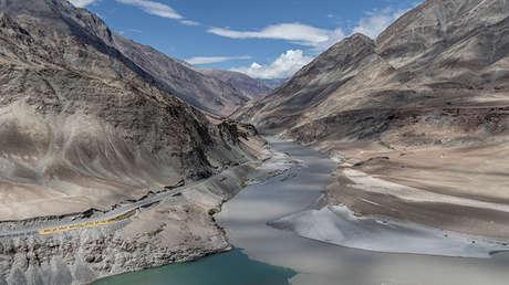 Confluencia de los ríos Indo y Zanskar, Ladakh, Jammu y Cachemira (India).