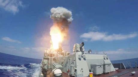 Lanzamiento de misiles de crucero Kalibr contra objetivos terroristas en Siria desde el Mediterráneo.
