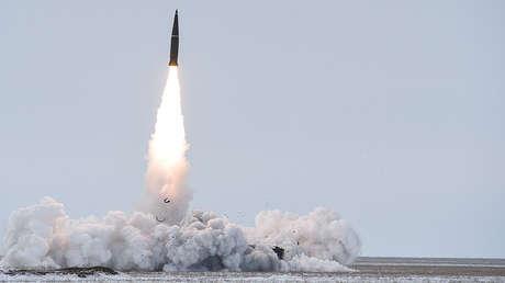 Lanzamiento de un misil balístico del sistema Iskander-M en la región de Astracán (Rusia).