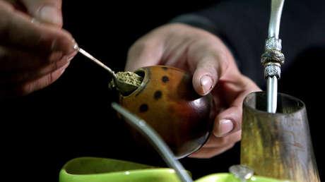 Preparación del mate, una infusión a base de yerba muy típica de Argentina, pero que también se populariza en Chile.