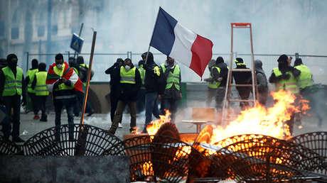 Manifestantes en chalecos amarillos en París, Francia, el 8 de diciembre de 2018