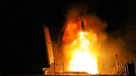 El crucero estadounidense USS Monterey dispara un misil Tomahawk.