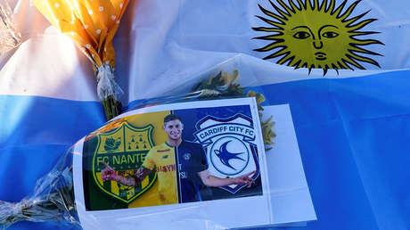 Un ramo de flores junto a una foto en homenaje a Emiliano Sala. 2 de febrero de 2019.
