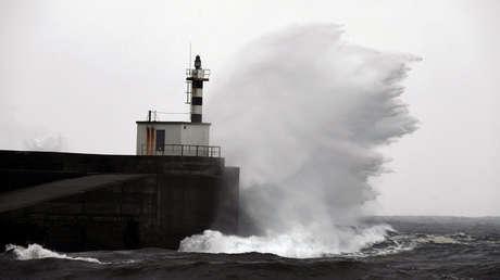 Olas azotan la costa de Asturias (España), 18 de noviembre de 2018.