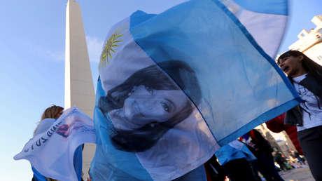 Manifestante apoya a expresidenta de Argentina, Cristina Fernández de Kirchner.