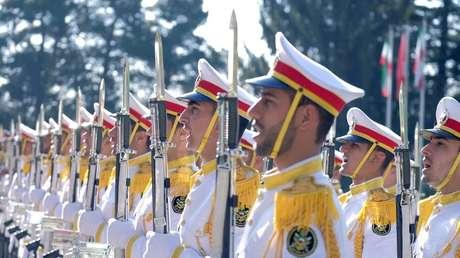 Soldados iraníes entonan el himno nacional en Teherán.