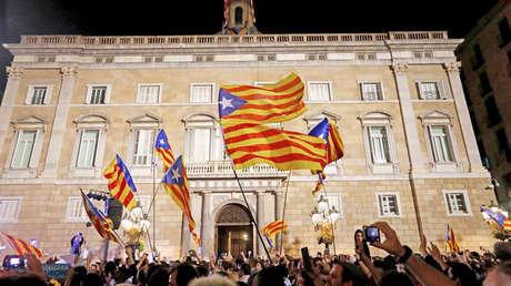 Manifestantes celebran frente al Parlamento catalán la independencia, Barcelona, 27 de octubre de 2017.