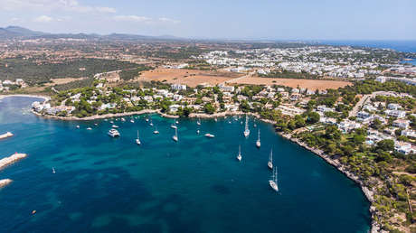 Vista aérea de una playa de Cala d'Or, en Mallorca (Islas Baleares, España).