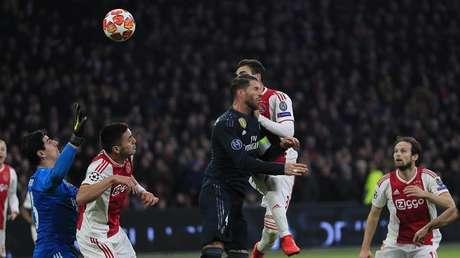 Nicolas Tagliafico del Ajax anota el primer gol, que más tarde se anula después de una revisión por el VAR, en el partido de los octavos de la Liga de Campeones contra el Real Madrid, 13 de febrero de 2019.
