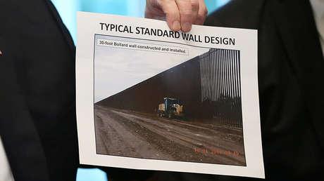 El presidente de EE.UU., Donald Trump, muestra una foto con un diseño del muro en Washington, el 11 de enero de 2019.