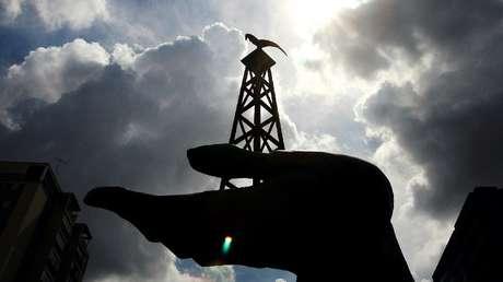 Una estatua que representa una plataforma petrolera es vista frente al edificio del Ministerio de Energía en Caracas, 30 de mayo de 2006.