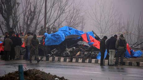 Investigadores inspeccionan los restos un autobús destruido por un terrorista suicida en Pulwama (India).