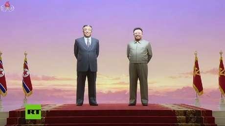 Figuras de Kim Jong-il y Kim Il-sung en el Palacio del Sol de Kumsusan, Pionyang, Corea del Norte