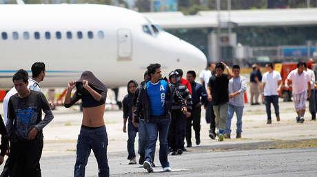 Inmigrantes deportados arriban a la base aérea de la ciudad de Guatemala, el 22 de julio de 2014.