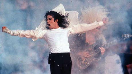 Michael Jackson actúa en descanso de la Super Bowl en Pasadena, California, el 1 de febrero de 1993.