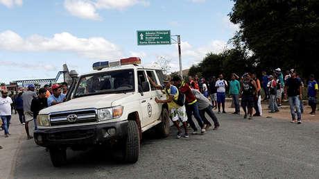Una ambulancia transporta heridos durante los enfrentamientos en la ciudad de Kumarakapay, Venezuela, 22 de febrero de 2019.